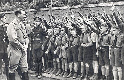Adolf Hitler com a juventude alemã