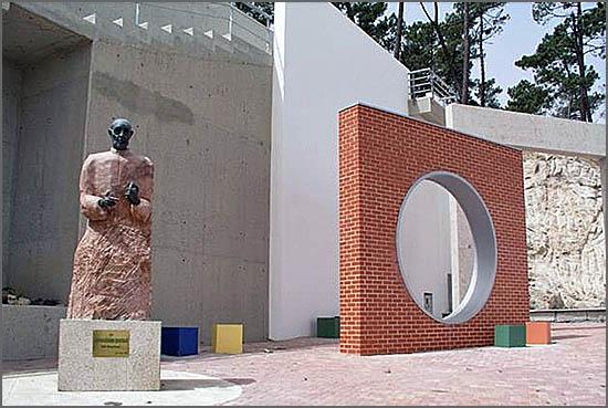 O cónego Quintalo morreu há 12 anos - estátua junto ao Colégio de S. José