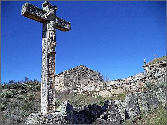 A cruz de pedra ao Senhor do Calvário (No lado direito da foto vê-se o telhado da igreja)