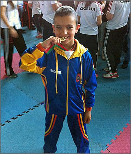 David Pinto morde a medalha de Campeão