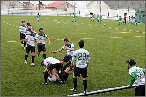 Jogadores sabugalenses festejam o primeiro golo da tarde