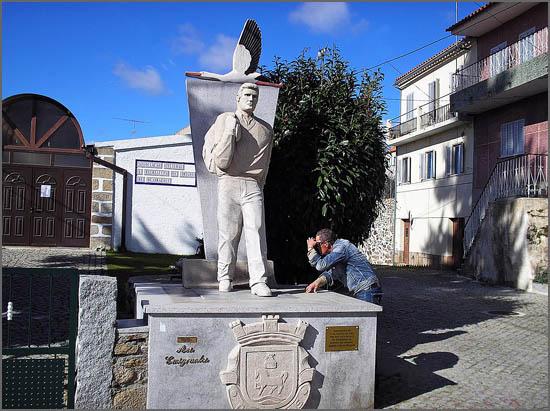 Monumento ao emigrantes em Quadrazais (escultura de Eugénio Macedo)