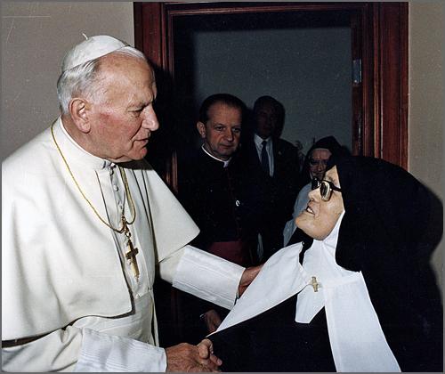 O Papa João Paulo II com a Irmã Lúcia, vidente de Fátima