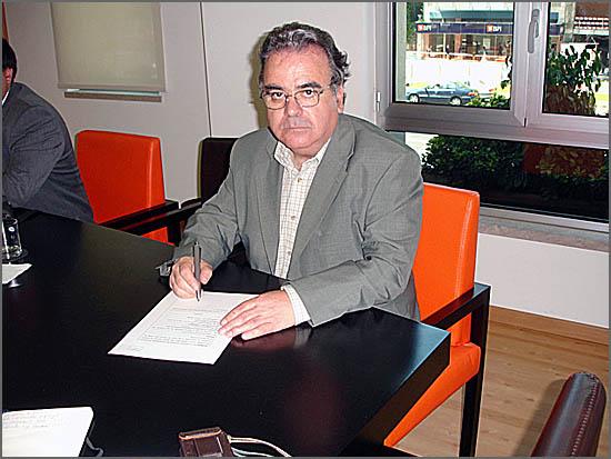 José Morgado Carvalho assinando a escritura da Confraria
