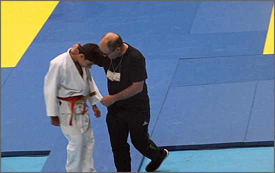 O treinador David Carreira conforta o atleta que não alcançou o resultado desejado