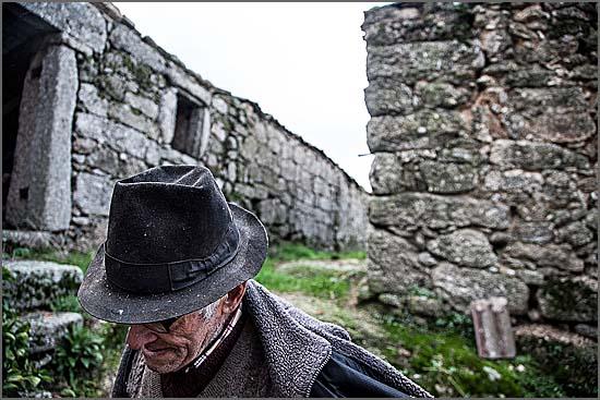Os idosos são considerados um estorvo por uma casta de ambiciosos e egoístas