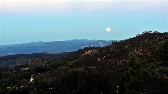 Caminhar pelo vale do Côa em noites de lua cheia