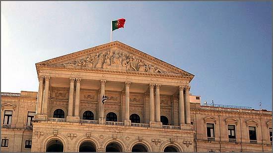Assistiu-se a um comício das várias bancadas da Assembleia da República