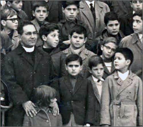 O Dr. João António Nabais (ainda sacerdote) com alguns dos primeiros alunos do Colégio Vasco da Gama, por si fundado em 1959
