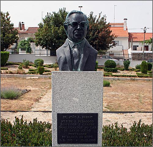 Busto de bronze do Dr. Nabais existente no jardim do Lar de Santo Antão, em Aldeia do Bispo. Ao fundo, as instalações do Lar. No Colégio Vasco da Gama existe outro busto igual