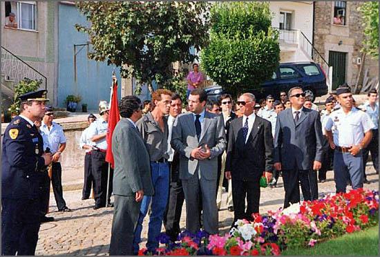 Há 14 anos António José Seguro inaugurou a estátua ao Bombeiro no Sabugal (na foto a falar com o escultor)