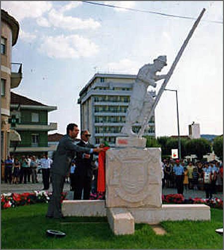 O ministro descerra a placa fixada na escultura de granito