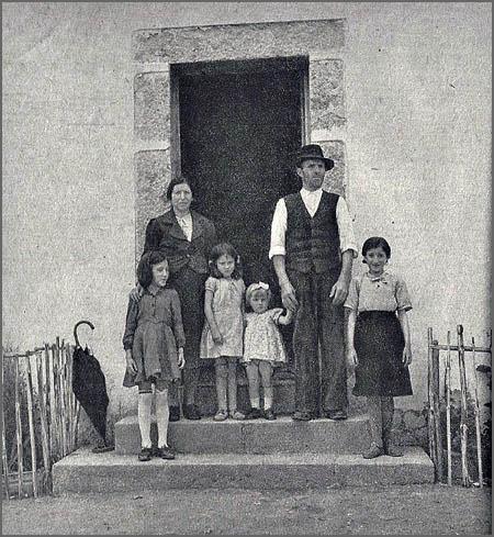 Uma das famílias instaladas na Colónia Agrícola de Martim Rei