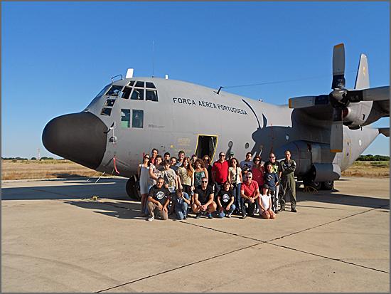 O grupo de convivas junto a um avião da Força Aérea
