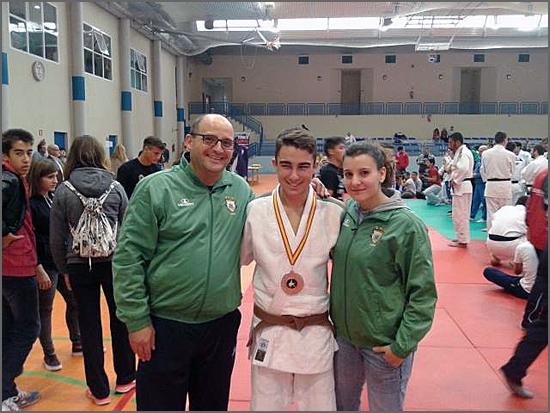 Emanuel Martins entre os treinadores David Carreira e Carla Vaz