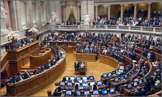 Num sistema representativo é dos deputados que emana o governo