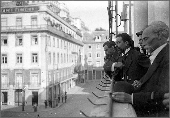 José Relvas proclama a República da varanda do edifício da Câmara Municipal