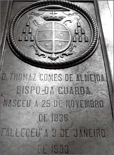 D. Tomáz Gomes de Almeida nasceu há 176 anos (foto da sua pedra  tumular na Sé da Guarda)