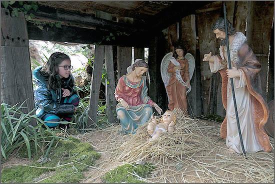 Uma criança observa o presépio do Sabugal