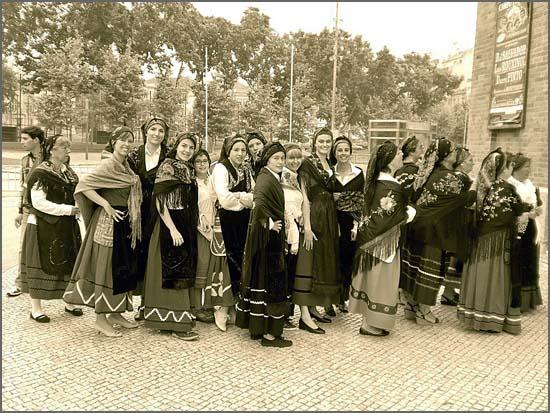 Quadrazenhas com trajes tradicionais