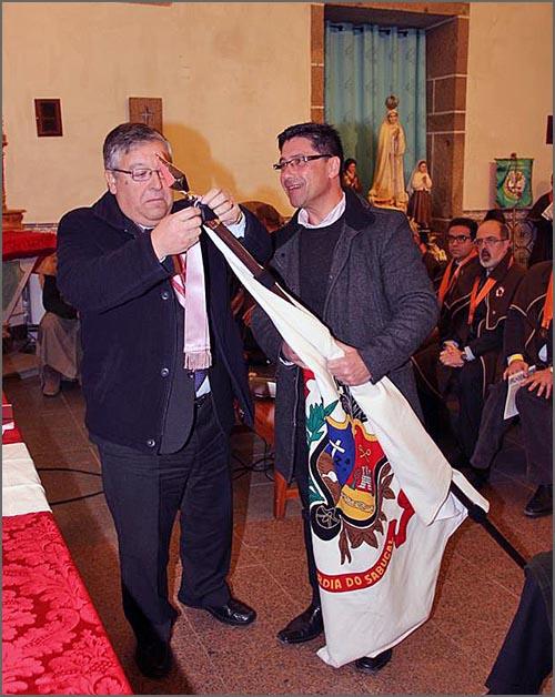 O general Pina Monteiro coloca a insígnia de honra no estandarte seguro pelo provedor António Dionísio (foto Manuel Monteiro)