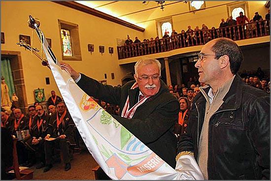 O juiz conselheiro Manuel Cipriano Nabais coloca a insígnia de honra no estandarte seguro pelo provedor Rui Carrilho (foto: Manuel Monteiro)