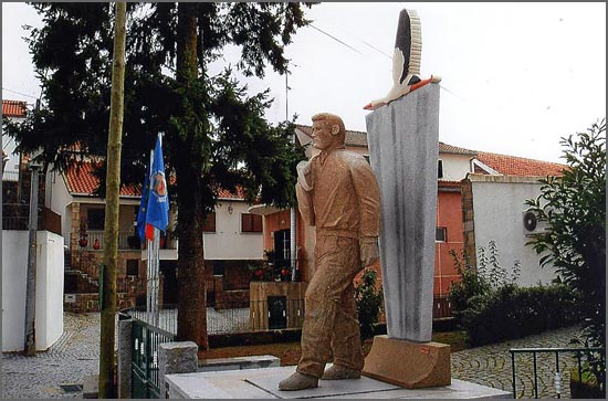 Quadrazais - Monumento ao Emigrante