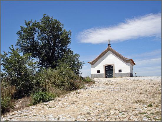 A capela que encima o Monte de Santa Bárbara