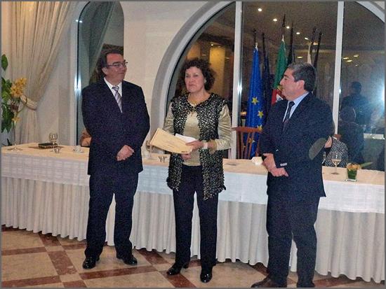 Teresa Reis ladeada pelos presidentes do Clube de Professores e da Câmara Municipal