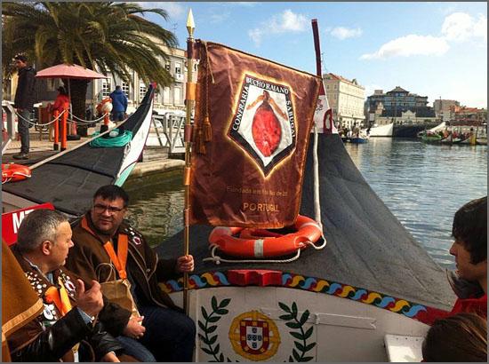 Confrades sabugalenses a bordo do moliceiro a caminho Centro de Congressos de Aveiro