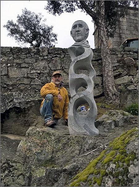 O escultor Gabriel Paulo Hipólito Seixas junto à estátua do Padre Zé Fernando