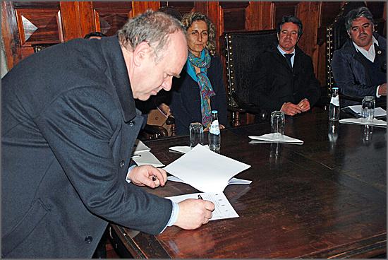 Constantino Rei (presidente IPG) assina o protocolo