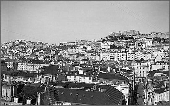 A acção centra-se em Lisboa nas décadas de 1930, 1940 e 1950