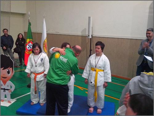 O treinador David Carreira abraça Maria Ribeiro