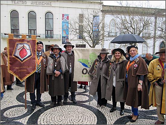 Os confrades do Bucho Raiano ladeados pelos representantes da Confraria Ovelhã