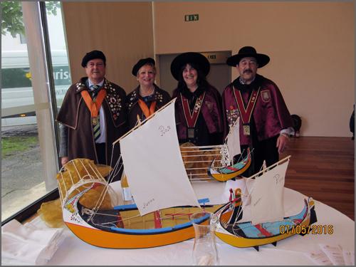 Os confrades do Bucho Raiano com os representantes da Confraria da Chanfana