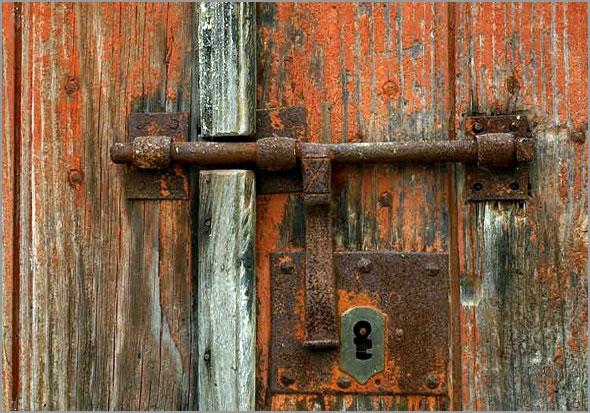 Solidariedade - porta com ferrolho