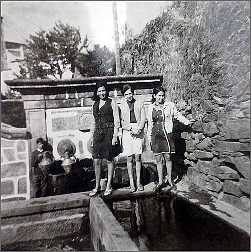 Jovens junto à Fonte das Três Bicas em Quadrazais