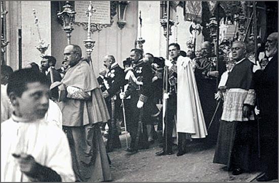 Uma capa da Irmandade para entrar na Sé de Lisboa