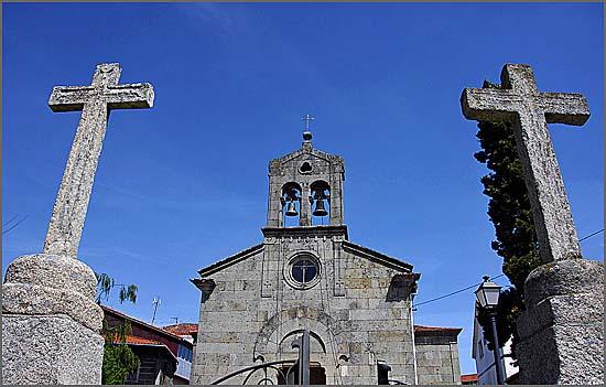 No topo da rua reencontro a igreja
