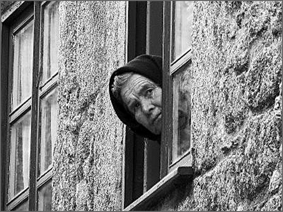 Uma idosa à janela