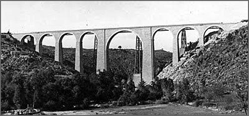 Ponte acabada de construir vendo-se por trás a de ferro