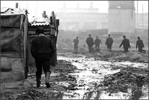 Immigrés portugais - bidonville - 1965- ©Gerald Bloncourt