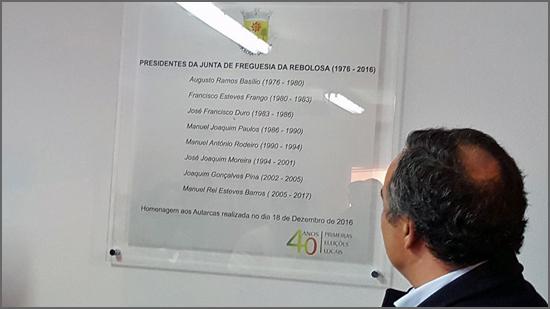 Presidente Manuel Barros olha para a placa evocativa com os nomes dos autarcas que presidiram à Junta de Freguesia