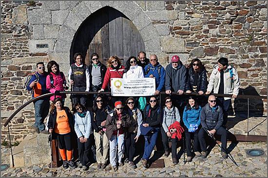 Grupo dinamizado pela Rotas e Raízes posa defronte ao Castelo do Sabugal