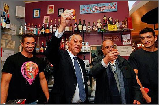 Marcelo Rebelo de Sousa faz um brinde com uma ginjinha - capeiaarraiana.pt