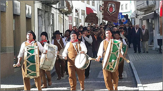 Os Bombos do Souto da Casa animaram o desfile das confrarias