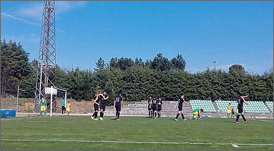 Jogadores festejam o terceiro golo