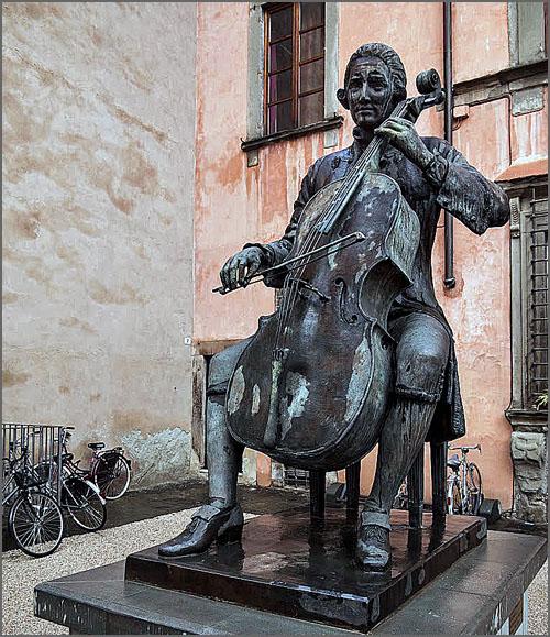 Estátua de Luigi Boccherini em Lucca, Itália