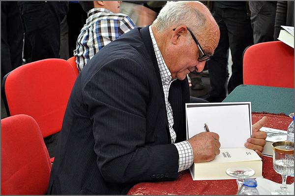 O autor autografando um dos exemplares do livro